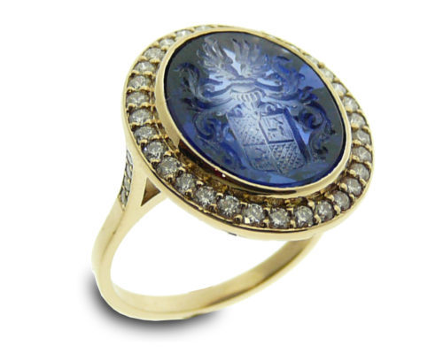 18 kt gold, diamonds and engraved synthetic blue saphire