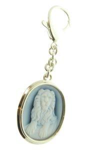 Een zilveren sleutelhanger met blauwlagen camee