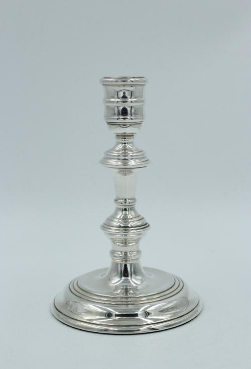 Een zilveren kandelaar , klassiek Engels model