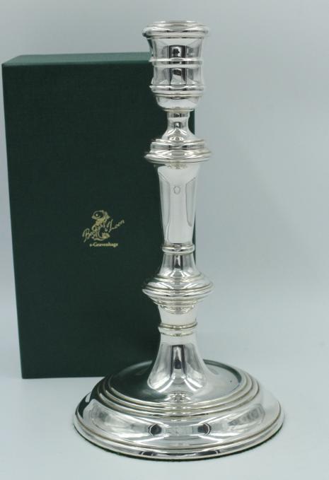 Een zilveren kandelaar , klassiek Engels model.