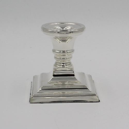 Zilveren kandelaar 8 cm hoog met een vierkante voet.