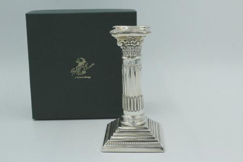 Zilveren kandelaar Korintische zuil 13 cm hoog.
