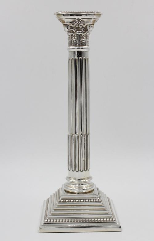 Zilveren kandelaar Korintische zuil 27 cm hoog.