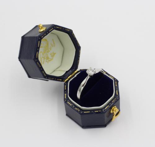 Een 14 kt witgouden solitair gezet met een briljant van 00.25 ct Top Wesselton VS
