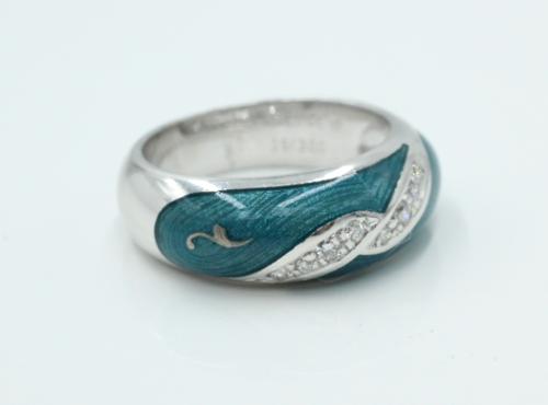 18 kt witgouden Fabergé ring met twee slingers waarin 6 briljanten zijn gezet. De rest van de bovenzijde is bewerkt met emaille. Gemerkt en genummerd Fabergé 197/300