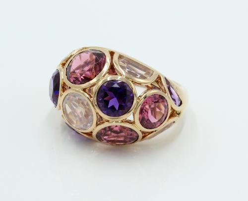 18 kt gouden ring gemerkt en genummerd Fabergé 74/300. De ring is gezet met Tourmalijnen, Quartz en Amethisten. 13 gram