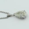 Witgouden hanger met briljanten hangoog . De monture gezet met een peergeslepen diamant van 5.17 ct