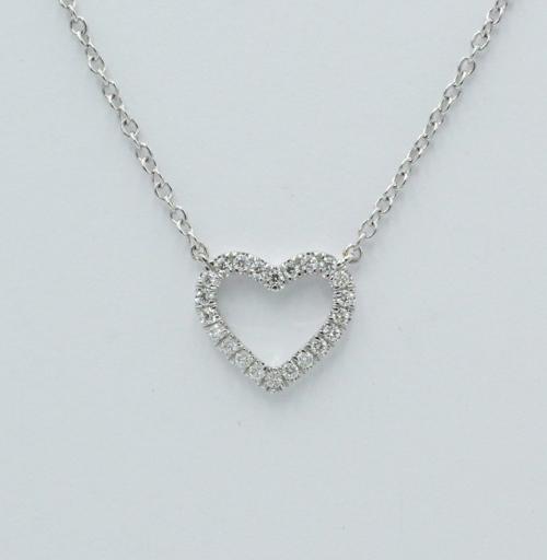 Een 18 kt witgouden collier met hartjes hanger, waarin 0.13 ct aan briljantjes. Merk Piero Milano