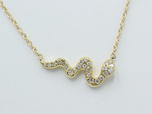 Een 18 kt geelgouden collier met hanger in de vorm van een slang, waarin 0.20 ct aan briljantjes. Merk Piero Milano