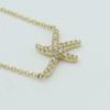 Een 18 kt geelgouden collier met hanger in de vorm van een zeester, waarin 0.14 ct aan briljantjes. Merk Piero Milano