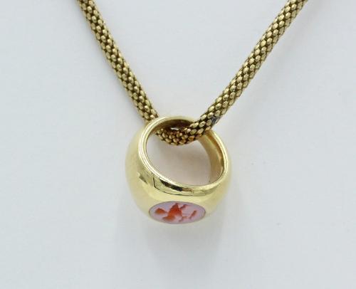 14 kt gouden hangertje in de vorm van een mini zegelring met cupido voorstelling in een roodlagensteen