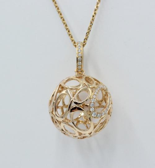 18 kt rosé gouden hanger, Een opengewerkte gouden bol , bezet met briljanten. 23 mm doorsnede. 10.7 gram. Het collier is apart verkrijgbaar. Vervaardigd door Victor Mayer