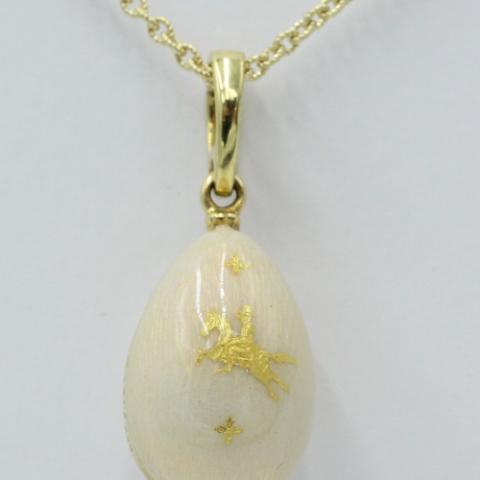 18 karaats gouden Fabergé ei-hanger, wit geëmailleerd met een afbeelding van een ruiter te paard. Gelimiteerd 284/500. Exclusief collier