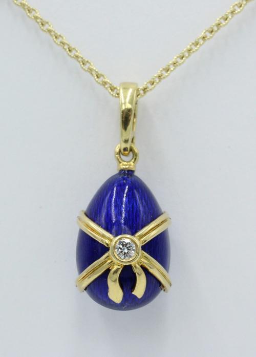 18 kt gouden Faberge ei-hanger blauw emaille met gouden strik, waarin een klein briljant, gelimiteerd vervaardigd . genummerd 675/1000 exclusief ouden collier