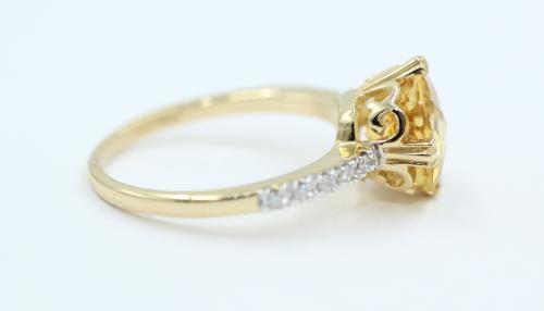 14kt geelgouden ring , gezet met een dome geslepen Citrien. De schouders van de ring gezet met totaal 10 briljantjes 3.5 gram