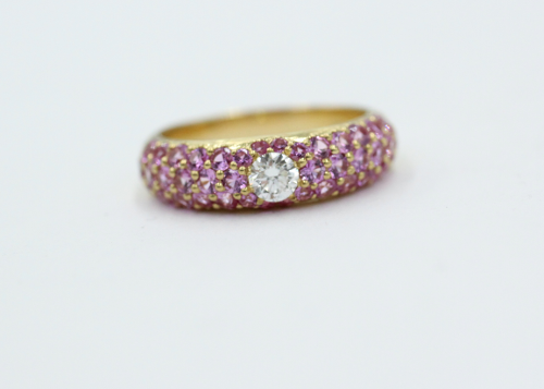 18 kt geelgouden ring met centraal een briljant van 0.20 en 1.50 aan kleine rose saffieren.Handwerk uit eigen atelier