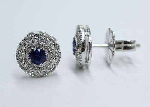 18 karaats witgouden oorstekers met centraal een blauwe saffier en rondom kleine briljantjes