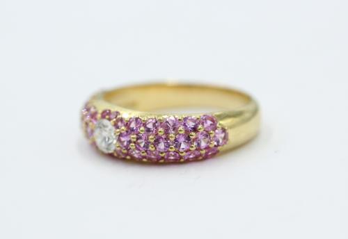 18 kt geelgouden ring met centraal een briljant van 0.20 en 1.50 aan kleine rose saffieren.