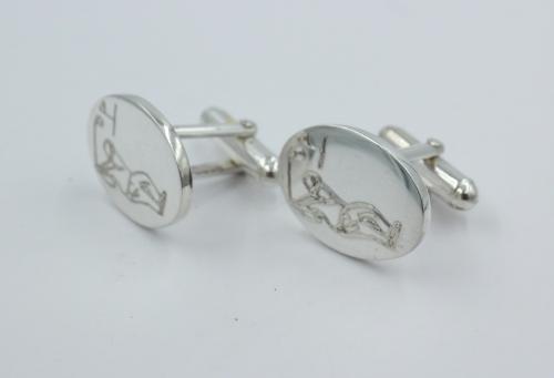 zilveren manchetknopen met daarop een golfer afgebeeld. De grootte 20½ bij 14½ mm . Plaatdikte 2 mm . Gewicht 12.64 gram , De knopen zijn vervaardigd in Engeland