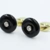 14 kt geelgouden manchetknopen, vervaardigd uit een ronde donut vormige Onyx van 15 mm. Centraal een briljant van 0.08 ct . De knopen zijn vervaardigd in eigen atelier en is een uniek paar. Bruto gewicht 10.47 gram