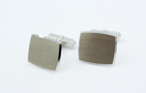 Een paar 14 karats witgouden manchetknopen, tonneaux vorm 20 bij 17 mm. Plaatdikte 1 mm. gewicht 14 gram