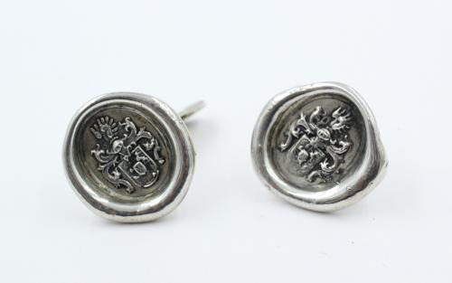 Deze zilveren knopen worden op eigen atelier gemaakt. Indien U een zegelring heeft , liefst niet al te groot, worden daar wasafdrukken van gemaakt en afgegoten in zilver en verwerkt tot manchetknopen. Elk paar is uniek. Gewicht 16.3 gram