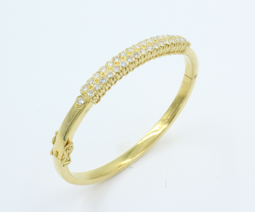 22 kt gouden armband , kleine model voor polsmaat 46 bij 56 mm, met daarin 34 briljanten totaal 2.02 karaat. Boven zijde 6 mm breed