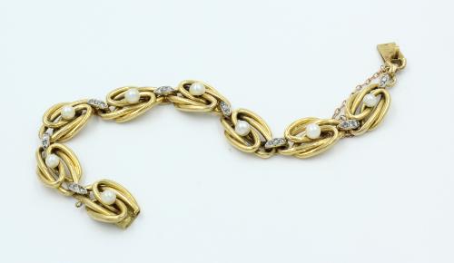 Antiek gouden armband , 8 grote ovale knoop schakels, waarop een oriëntparel gemonteerd, de tussenschakels met 3 diamantjes bewerkt