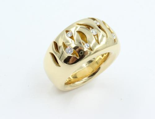 Een zware zeer brede ring met opengewerkte bovenzijde waarin 8 briljanten . De ring weegt maar liefst 31.4 gram en is 14 mm breed