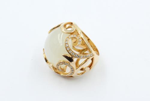 18 krt rosé gouden ring open gewerkt met centraal een 20 mm grote Maansteen. Ringmaat 17¼ diamant gewicht 0.40ct