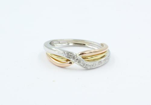 18 kt gouden damesring met drie kleuren goud. In de witgouden geslingerde ring zijn 9 kleine briljanten gezet. 0.07 ct briljant. De ring weegt 5.8 gram