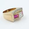 14 karaats roségouden ring gemaakt in de jaren 1930, met in het midden in een vierkante zetting een briljant, daarnaast gezet tape geslepen robijnen . In de rand pavé gezet briljantjes.