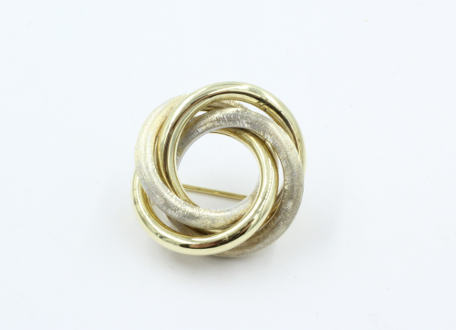 Een 14 karaats gouden bi-colour kransbroche . 7.3 gram . Het witgoud is gesatineerd. .Doorsnede 25 mm