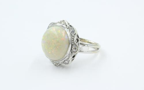 witgouden ring met grote melkopaal en 8 briljanten van elk 0,05 ct