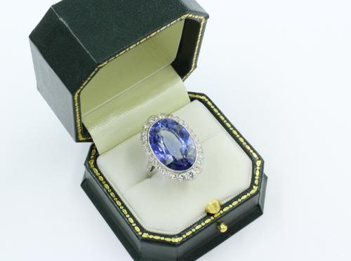 25 mm lang, gezet met een blauwe synthetische saffier en 28 briljanten