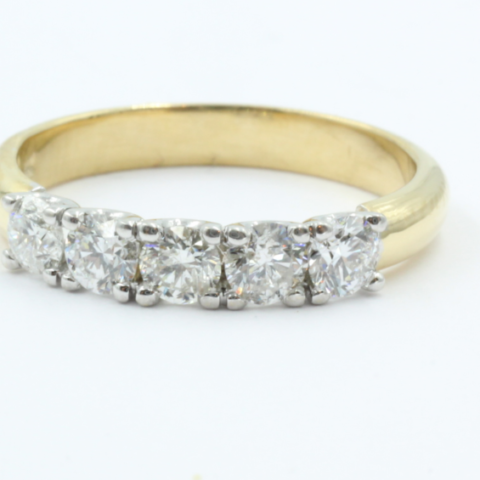 Een 14 karaats gouden 5 steens alliance ring, waarin 5 brilanten van elk 0.12 ct Top Wesslton VVS1. 3.22 gram. De zetting is aan de zijkant U-vormig en vervaardigd uit witgoud. De band is licht rosé kleurig goud.