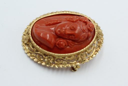 Bewerkte broche hanger met gesneden bloedkoraal . 18 karaats goud