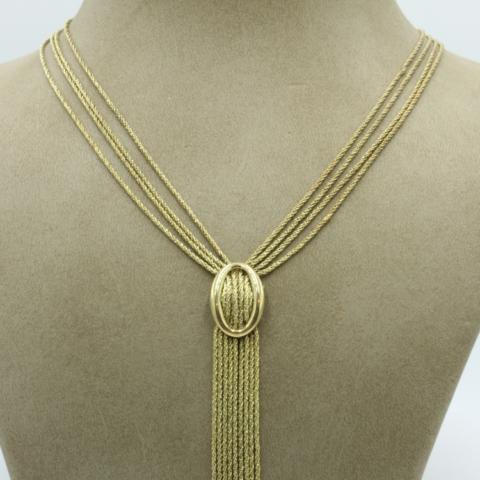 Een gouden collier vervaardigd uit 4 rijen koordcollier met centraal een gesp