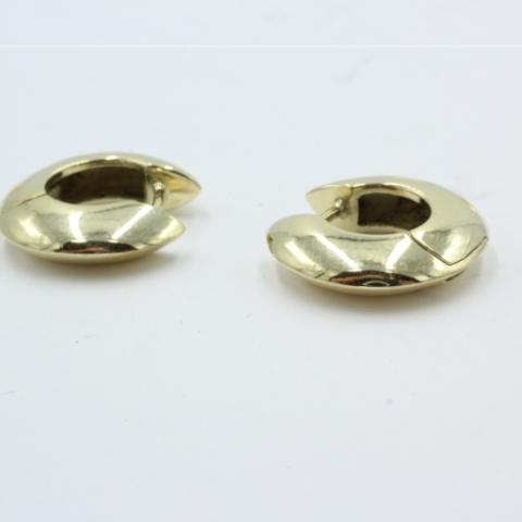 Een paar 14 karaats gouden creolen uit eigen atelier. 17 mm doorsnede. 7.11 gram