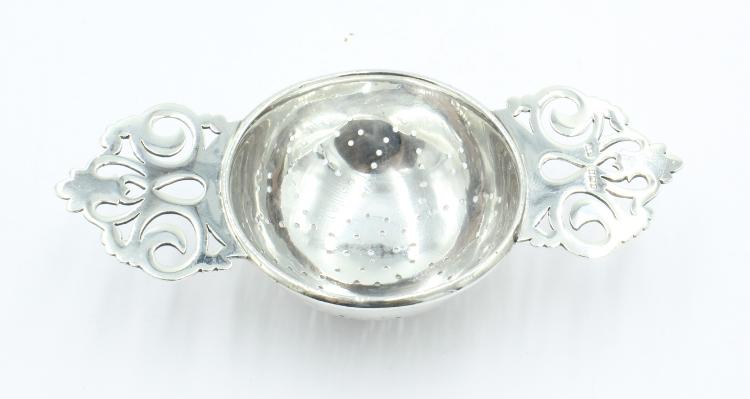 Zilveren theezeef, Engels model , 1 e gehalte zilver. Vervaardigd in Birmingham 1910. Gewicht 33 gram