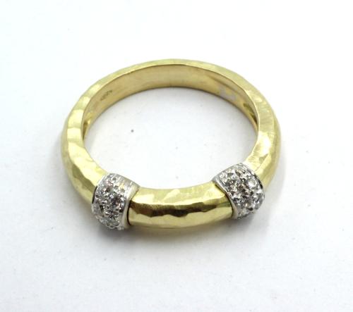 18 karaats gouden smalle gehamerde ring met twee witgouden bontjes, met briljant gezet.