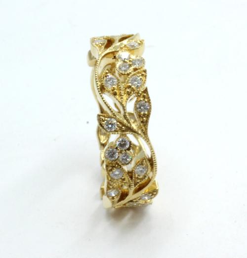 Ajour bewerkte ring met florale motieven