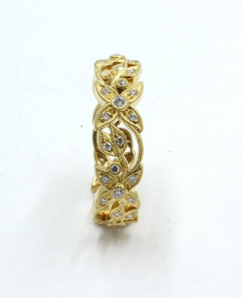 florale ring uitgevoerd in 18 karaats goud