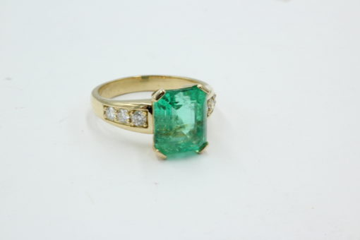 18 karaats gouden ring met fraaie Columbiaanse smaragd